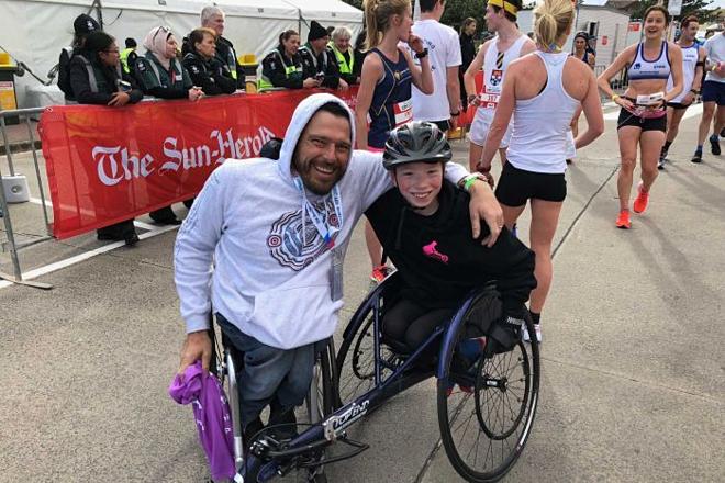 Nhà vô địch Paralympic Kurt Fearnley (trái) đã có ảnh hưởng sâu sắc đến Waryk Holmes. Ảnh: ABC