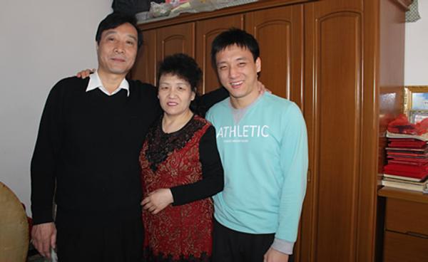 Bố mẹ và Qiang (ngoài cùng bên phải). Ảnh: Women Of China