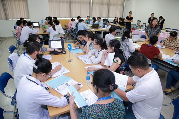 Chương trình đào tạo tại Bệnh viện Chợ Rẫy bao gồm các nội dung lý thuyết nâng cao hoạt động thảo luận nhóm sinh động để bác sĩ co cơ hội trao đổi kinh nghiệm thực hành trên các ca lâm sàng thực tế.