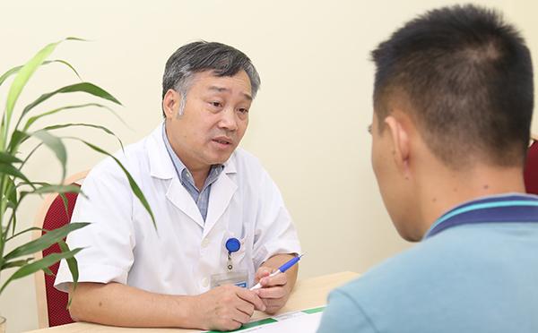 Bác sĩ Tuấn Anh tư vấn cho bệnh nhân về bệnh đường tiêu hoá. Ảnh: Nguyễn Hương.