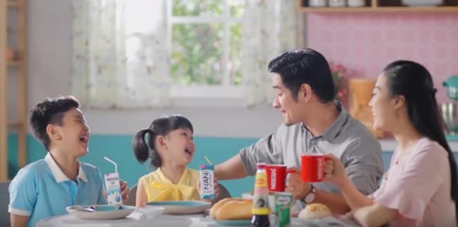 Phụ huynh cần hình thành thói quen ăn sáng và cho trẻ thực hành từ khi còn bé. Ảnh: Nestlé.