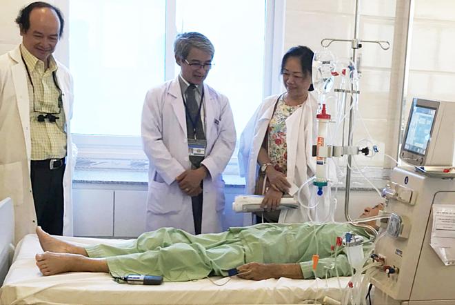 Bệnh nhân chạy thận tại Trung tâm Lọc máu Kỹ thuật cao Bệnh viện Nguyễn Tri Phương. Ảnh: Lê Phương.