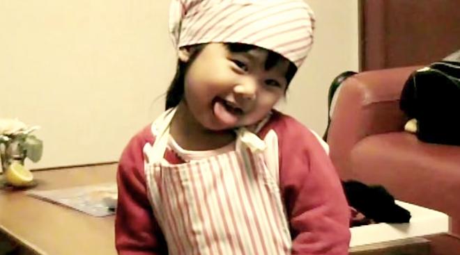 XiaoHua đeo chiếc tạp dề nấu ăn như người đầu bế thực thụ. Ảnh:Bldaily