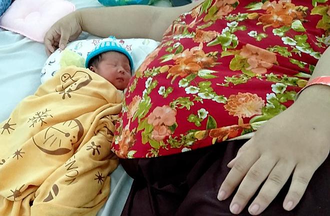 Bé trai chào đời khỏe mạnh, nặng 3,3 kg. Ảnh: Minh Tâm.