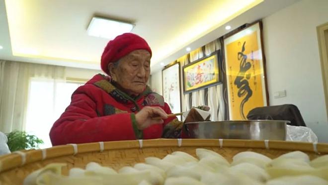 Ở tuổi 103, bà Liu vẫn tự nấu ưn, làm mọi việc nhanh nhẹn như người trẻ.Ảnh: Kuaibao.qq