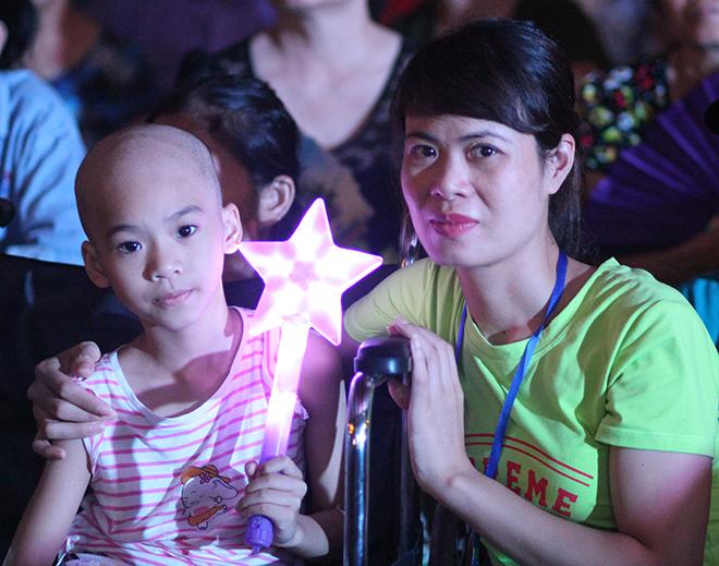 Khánh Linh và mẹ tham gia đêm trung thu tại bệnh viện, em được tặng một chiếc xe lăn từ câu lạc bộ thiện nguyện. Ảnh: Thùy An