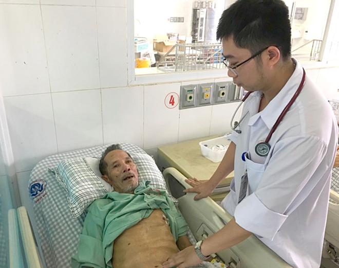 Cụ ông được thăm khám trước khi xuất viện ngày 11/9. Ảnh: Bệnh viện Đa khoa Phú Thọ