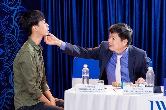 Nguyễn Minh Văn và Tiến sĩ, bác sĩ Nguyễn Phan Tú Dung - người trực tiếp phẫu thuật thẩm mỹ cho anh