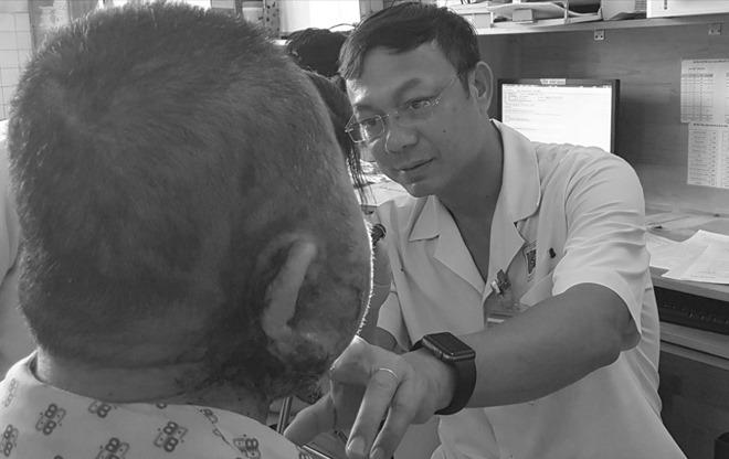 Khối bướu tuyến mang tai của người đàn ông 60 tuổilở loét sau thời gian điều trị thuốc nam. Ảnh: Lê Phương.
