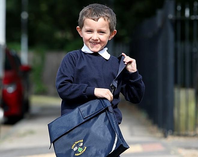 Freddy vui mừng khi được đi học như những bạn khác. Ảnh: Daily Mail