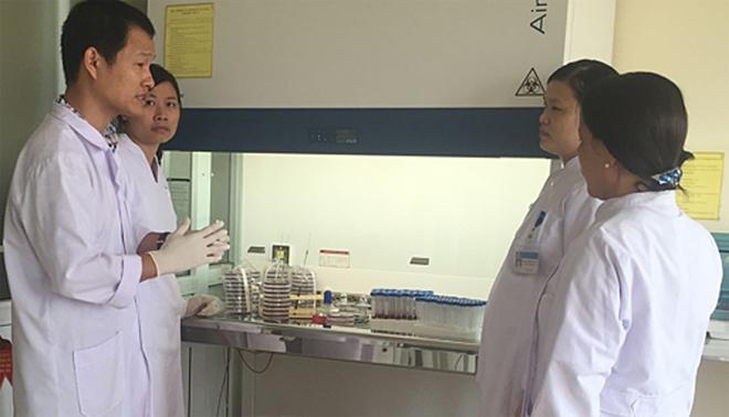 Tiến sĩ Trung hướng dẫn các bác sĩ bệnh viện tuyến dưới xét nghiệm vi khuẩn Whitmore. Ảnh: T.T