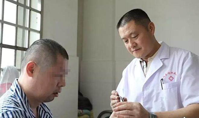 Anh Liao cắt móng tay cho bệnh nhân. Ảnh: kknews.cc