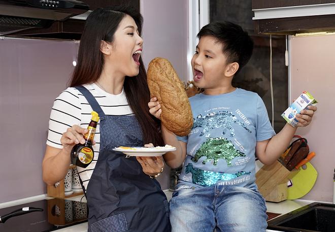 Bé Suri thích vào bếp chuẩn bị bữa sáng cùng mẹ.