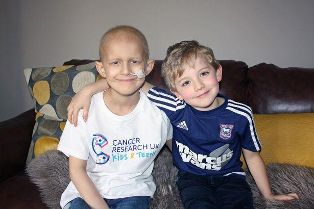 Dan (trái) và người bạn thân của cậu bé, Thomas. Ảnh: LMR