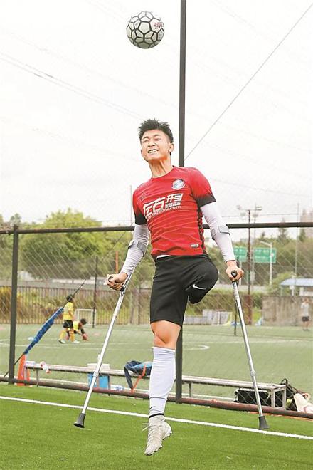 Anh YiYi dùng nạng tập luyện các kỹ thuật tâng bóng bằng đầu. Ảnh: Shenzhen.Sina