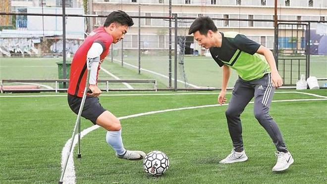 Anh He luyện tập cùng đồng đội. Ảnh: Shenzhen.Sina