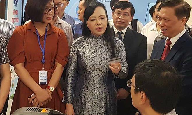 Bộ Trưởng Nguyễn Thị Kim Tiến kiểm tra thẻ thanh toán viện phí. Ảnh: V.T