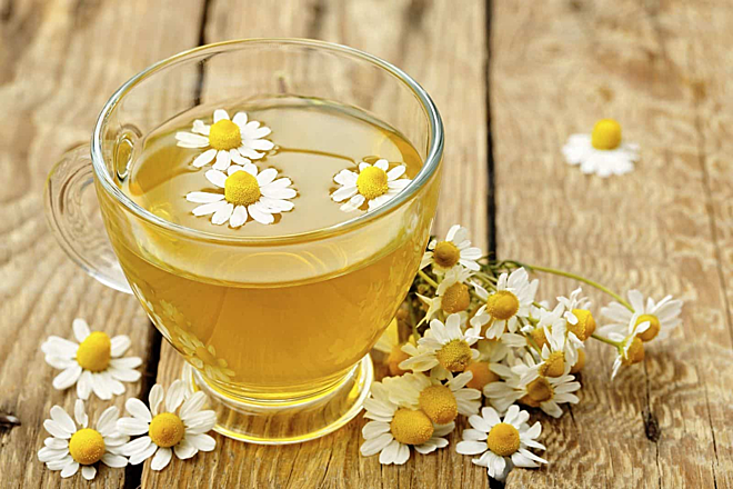Uống trà hoa cúc có lợi cho người thường xuyên mất ngủ, dịu thần kinh, đẹp da. Ảnh: Health