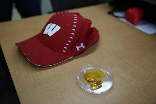Chiếc mũ bóng chày chứa miếng dán do nhóm nghiên cứu của Xudong thiết kế. Ảnh: New Scienctist