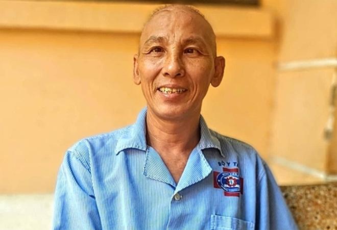Anh Đinh Văn Nguyệnđang trị liệu hóa trị tại Bệnh viện K Trung ương. Ảnh: Thúy Quỳnh.