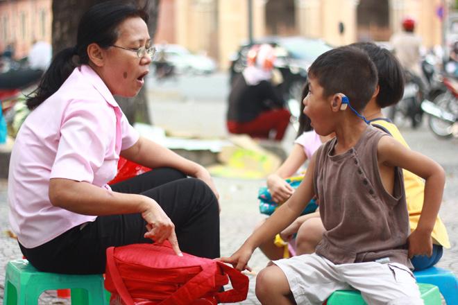 Ngừoi bị khiếm thính cần có người phiên dịch khi đi viện. Ảnh: Đức Thành.