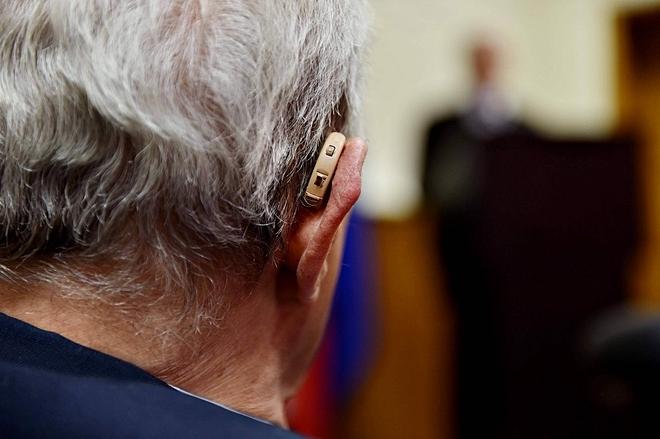 Nhiều người già phải đeo máy trợ thính. Ảnh: Shoebox