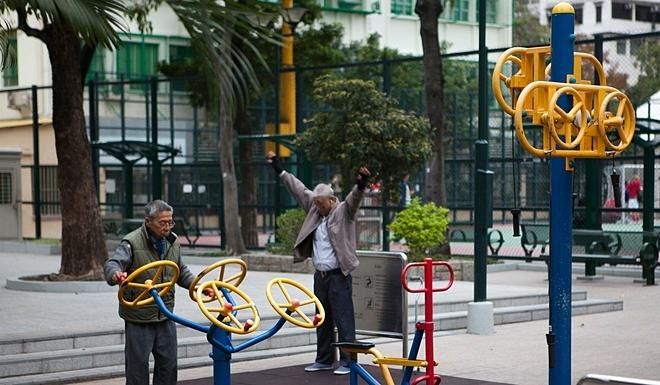 Người già tại Hong Kong tập thể dục. Ảnh: SCMP