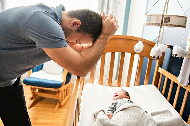 Trầm cảm sau sinh ở đàn ông nghiêm trọng nhất từ ba đến sáu tháng sau khi có con. Ảnh: Shutterstock