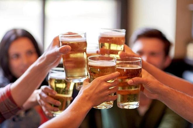 Uống rượu không chỉ ảnh hưởng đến trẻ sơ sinh mà còn gây hại đến sức khỏe chính các cặp vợ chồng. Ảnh: Evening Standard