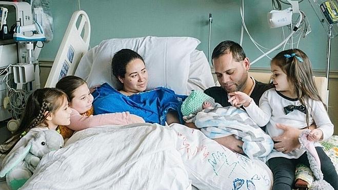 Gia đình Maria và Augusto cùng ba con gái luôn ở bên cạnh con trai từ lúc chào đời. Ảnh: Fox news