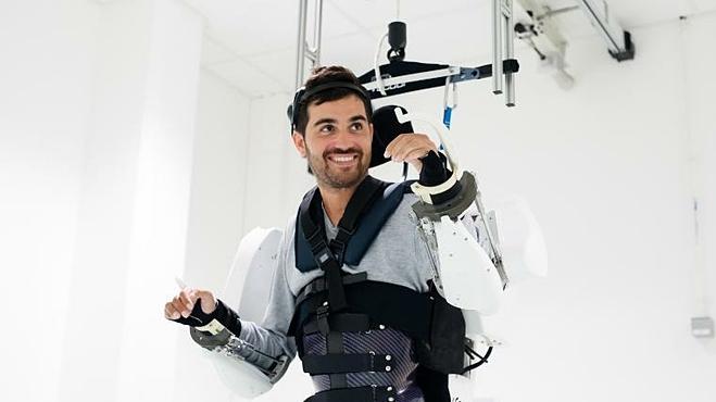Khung di chuyển gắn trên trần nhà nâng đỡ cơ thể Thibault. Ảnh: CNN