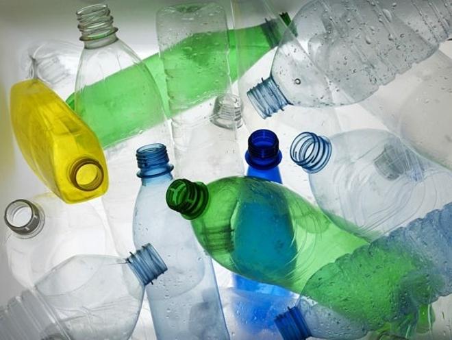 Chai đựng nước tái chế từ thủy tinh hoặc kim loại tốt hơn từ nhựa. Ảnh: Pinterest