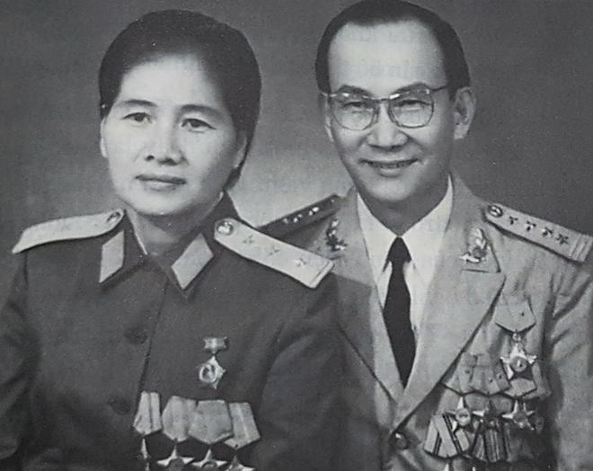 Đại tá Nguyễn Thiện Thành và vợ, thượng uý Dương Thị Minh. Ảnh chụp sau ngày miền Nam giải phòng.