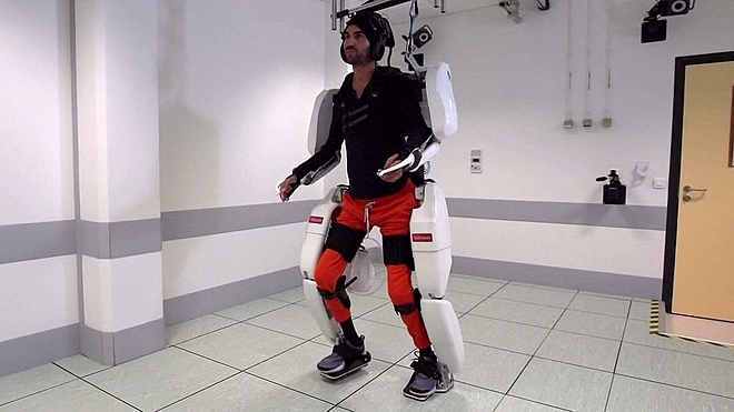 Thibault trong bộ trang phục robot. Ảnh: NBC News