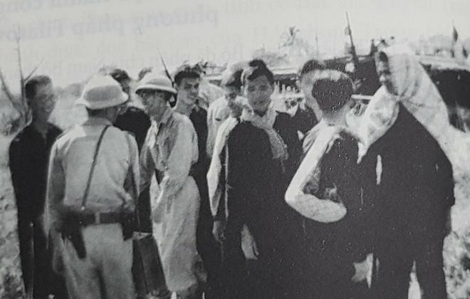 Ngày 31/12/1950, bác sĩ Nguyễn Thiện Thành (ngoài cùng bên trái) được ra tù theo thoả thuận trao đổi tù binh giữa ta và địch..