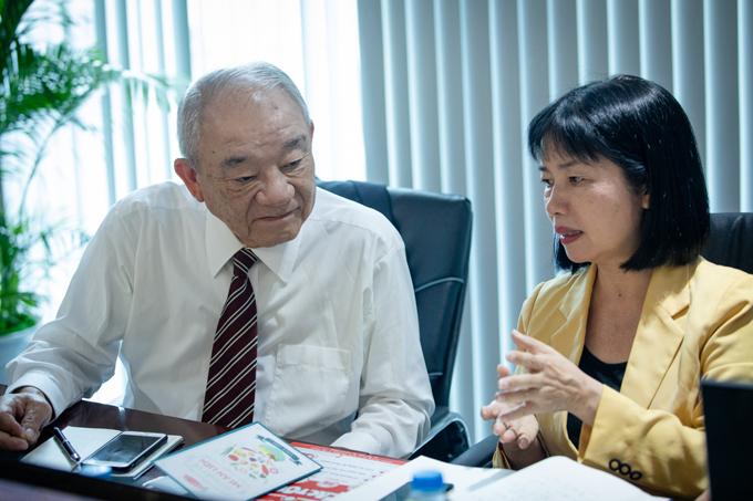 Ông Kajiwara Junichi tư vấn dùng mì ăn liền đúng cách đến độc giả. Ảnh: Thành Nguyễn.