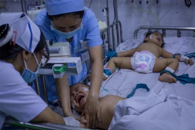 Trẻ mắc tay chân miệng nhập viện điều trị tại TP HCM. Ảnh: Thành Nguyễn.