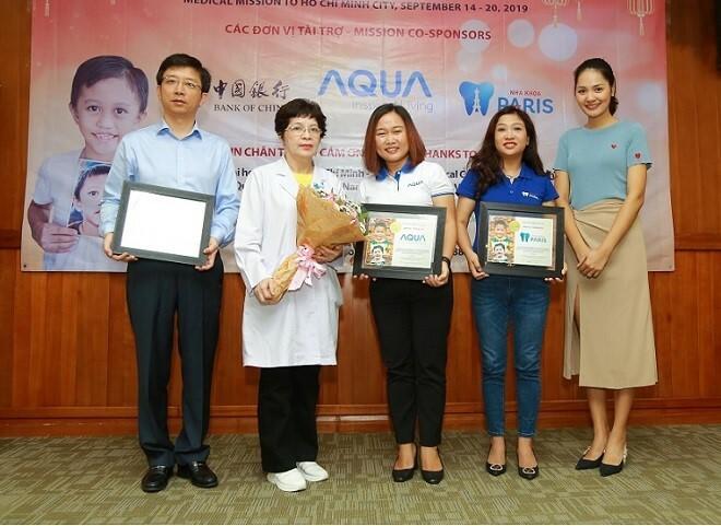 Đại diệntổ chức Operation Smile Việt Nam và Nha khoa Paris tại buổi thăm khám.