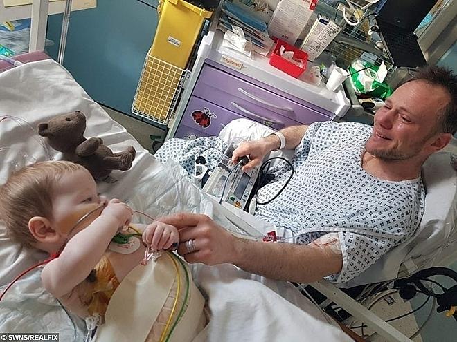 Matt gặp lại con trai sau ca phẫu thuật hiến - ghép gan. Ảnh: Daily mail