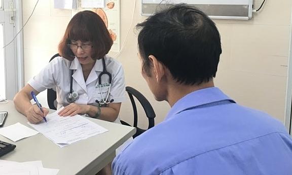 Bác sĩ Hạnh thăm khám cho bệnh nhân mắc bệnh phổi tắc nghẹn mạn tính. Ảnh: Lê Nga.