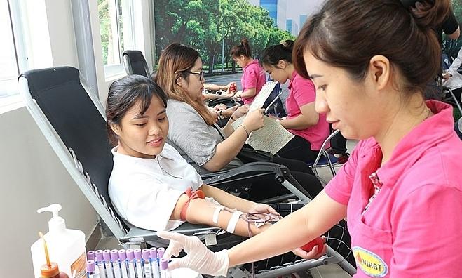 Nhiều người đến hiến máu tại Trạm y tế phường Nhân Chính sáng 10/10. Ảnh: Thạch Lê.