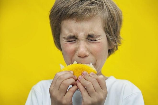 Nhăn mặt khi ăn chua là một phản ứng từ chối của cơ thể đối với thực phẩm đó. Ảnh: Almerja