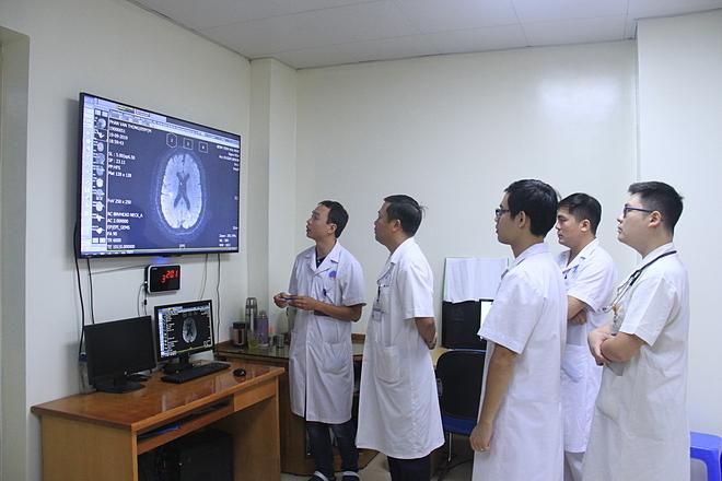 Hình ảnh chiếu chụp của bệnh nhân được chuyển thẳng từ phòng chụp lên hệ thống trực tuyến một cách nhanh chóng để các bác sĩ hội chẩn. Ảnh: Hương Thủy