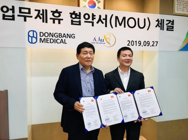 Bác sĩ Phan Thanh Hào (phải) nhận chuyển giao công nghệ căng da chỉ vàng nano tại Hàn Quốc.