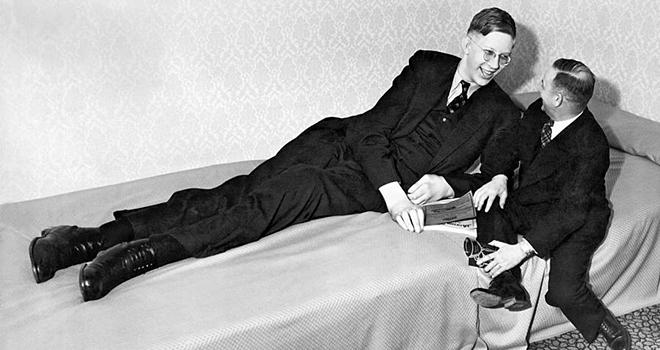 Robert nằm dài trên giường khi trò chuyện cùng một người bạn. Ảnh: All That Interesting