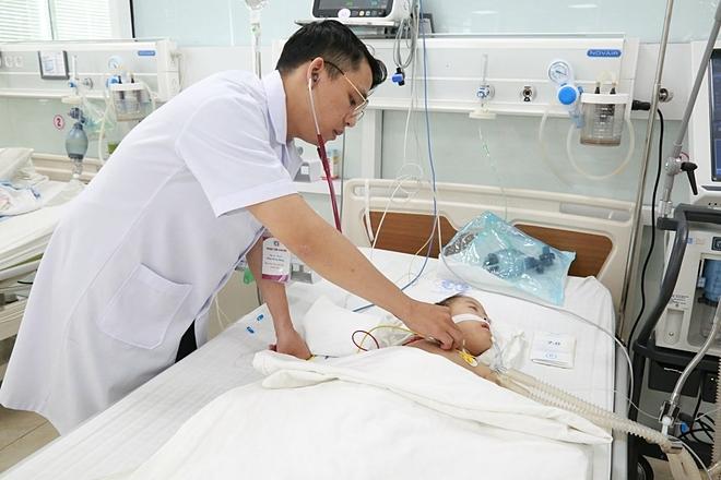 Hiện bé vẫn đang được theo dõi điều trị tại bệnh viện. Ảnh: Trung tâm sản nhi, Bệnh viện Đa khoa Phú Thọ