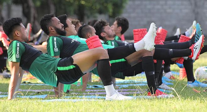 Các cầu thủ Indonesia chủ yếu tập thả lỏng, nhằm hồi phục thể lực. Ảnh: Lâm Thỏa
