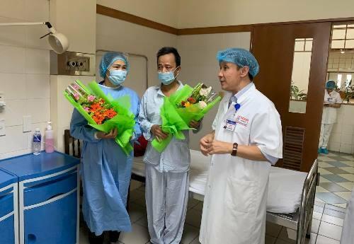 Giám đốc Bệnh viện Trung ương Huế tặng hoa mừng bệnh nhân xuất viện. Ảnh: Nhật Tân