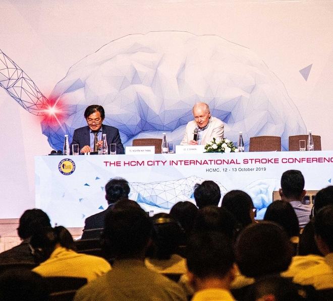 Các chuyên gia trong nước và quốc tế thảo luận về công tác phòng ngừa đột quỵ cho bệnh nhân rung nhĩ.