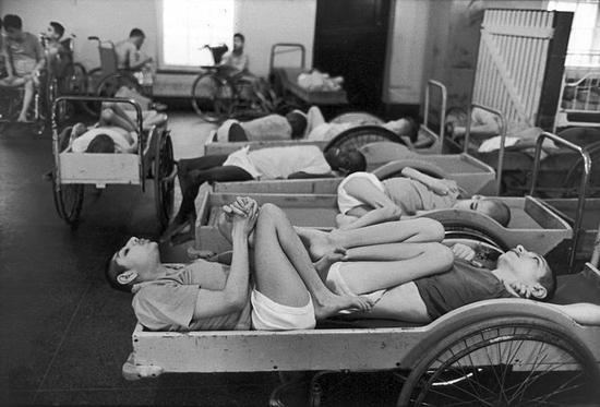 Trại không đủ cơ sở vật chất, bệnh nhân phải nằm ghép giường. Ảnh: NY Daily News